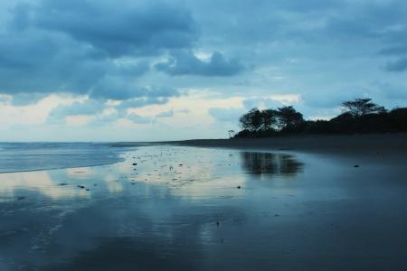 Sajian hamparan pasir tanpa batas yang berada di Pantai Cijulang yang dapat menyejukan mata