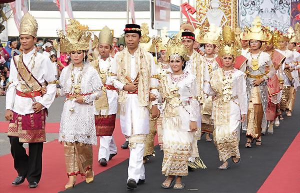 1537_thumb_Parade_busana_tradisional_khas_Lampung_menjadi_andalan_dalam_Festival_Krakatau_2012.jpg