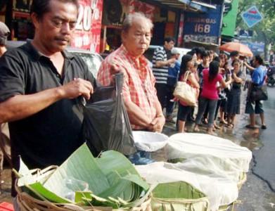 Penjual Peuyeum Bandung Di Jalan