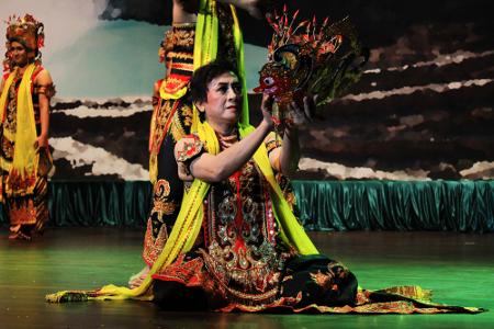Tari gandrung marsan berasal dari Banyuwangi, Jawa Timur. Tari ini dibuat untuk mengenang jasa seorang seniman bernama Marsan