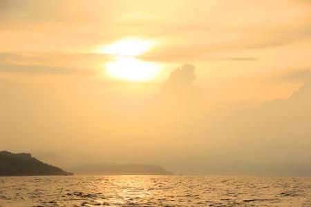 1573_thumb_7._Melihat_matahari_tenggelam_di_tengah_laut_dapat_menjadi_aktivitas_yang_menyenangkan_di_sore_hari.jpg
