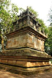 Candi Cangkuang ditemukan oleh seorang ahli purbakala bernama Drs. Uka Tjandra Sasmita
