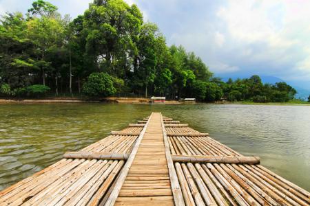 Dengan menggunakan rakit, pengunjung akan diajak menikmati suasana danau di sekitar Candi Cangkuang