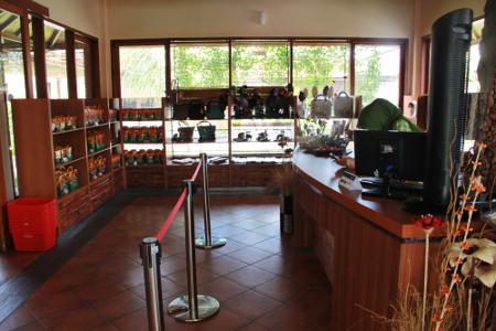Terdapat gerai oleh-oleh yang khusus menjual berbagai macam dodol Garut