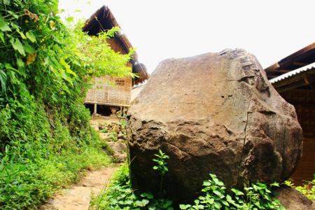 Terdapat batu kali ukuran besar yang akan terlihat sebelum memasuki wilayah Kampung Dukuh