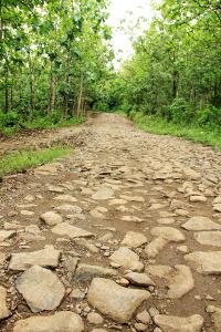 Jalanan yang menanjak menjadi jalur yang harus dilewati sebelum tiba di Kampung Adat Dukuh