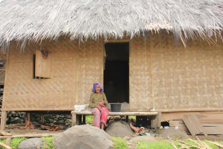 Seorang ibu salah satu penduduk di Kampung Adat Dukuh Dalam terlihat sedang bersantai di depan rumahnya