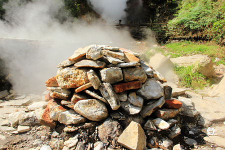 Bebatuan ditumpuk untuk mencegah agar uap panas yang keluar tidak terlalu banyak