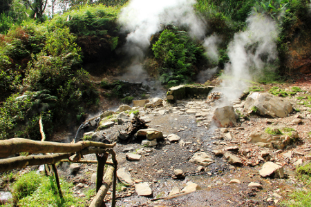 Kawah Hujan yang berjarak 500 m dari Kawah Kereta Api didekorasi bebatuan dan belerang yang panas