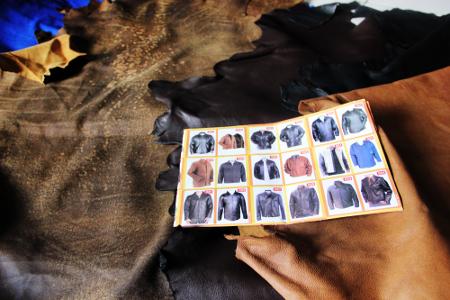 Pengunjung dapat memilih beraneka ragam kulit seperti kulit sapi, kerbau, dan domba
