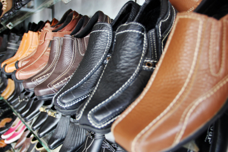 Kulit sapi dan kerbau biasa digunakan sebagai bahan pembuatan sepatu karena bertekstur keras