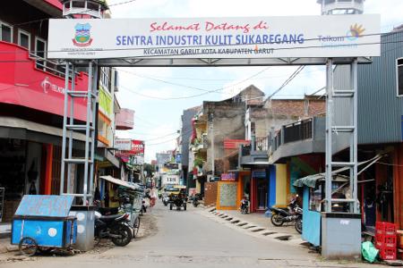 Sentra industri kulit Sukaregang terletak di Jalan Gagak Lumayung, Garut