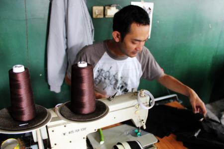 Proses pembuatan sebuah jaket bisa mencapai berminggu-minggu, tergantung kerumitan motif yang dipakai