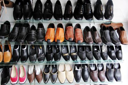 Aneka macam sepatu yang dapat dipilih saat berkunjung ke Sukaregang