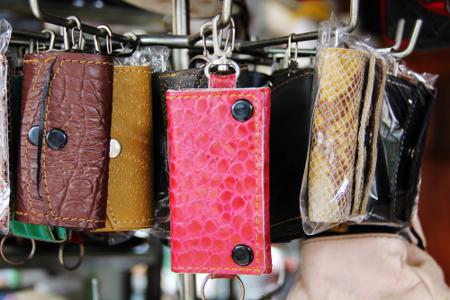 Para perajin di Sukaregang juga membuat berbagai aksesori dari bahan kulit, seperti gantungan kunci