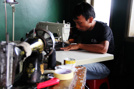 Perajin di Sukaregang masih mengandalkan keterampilan tangan untuk membuat produk berbahan dasar kulit