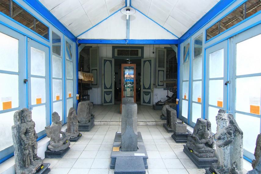Di bagian belakang museum, terdapat berbagai arca. Pada tahun 2006, banyak arca koleksi museum ini hilang, sebagian di antaranya berhasil ditemukan