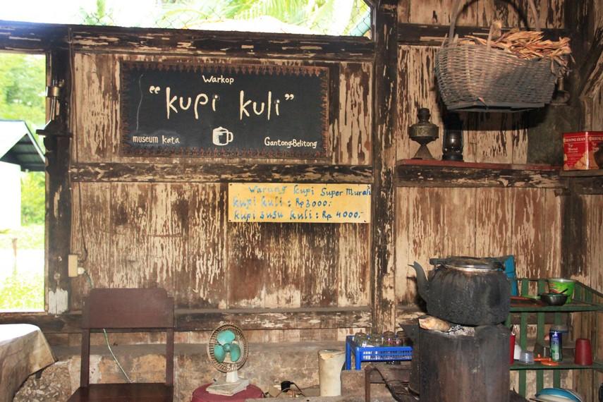 Halaman dapur yang terdapat sebuah kedai Kupi Kuli tempat pengunjung dapat memesan kopi