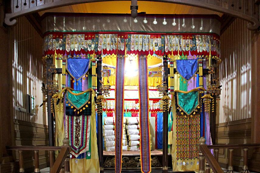 Ruang tidur pengantin yang berada di sisi utara dari ruang utama Kedaton Kutai