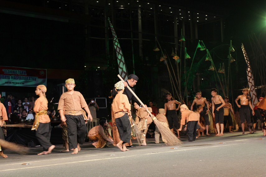 Walikota Solo, FX Hadi Rudyatmo ikut ambil bagian dalam salah satu adegan tarian yang menggambarkan nilai gotong royong