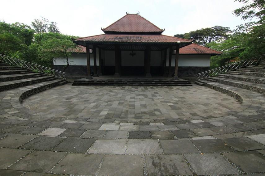 Panggung luar ruang ini menjadi tempat pementasan Sendratari Ramayana dan mampu menampung 1.000 penonton