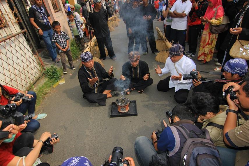 Sebelum dongdang diarak, tetua adat melakukan doa memohon keselamatan selama acara berlangsung