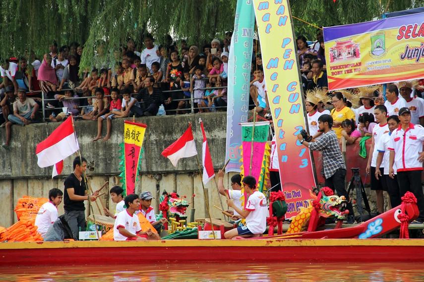 Sepanjang acara tradisi lempar bebek berlangsung, alunan musik khas Tionghoa bergema di sepanjang tepi sungai