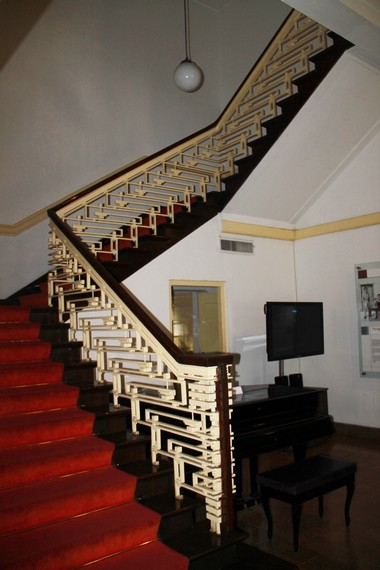 Tangga berkonsep artdeco yang menghubungkan lantai dasar dan lantai dua Museum Perumusan Naskah Proklamasi