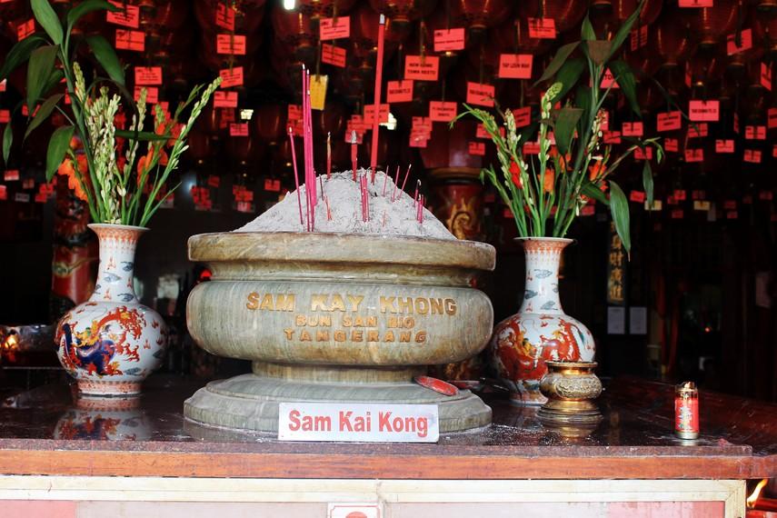 Tempat persembahyangan Sam Kai Kong (dewa pelindung manusia, bumi, dan langit)