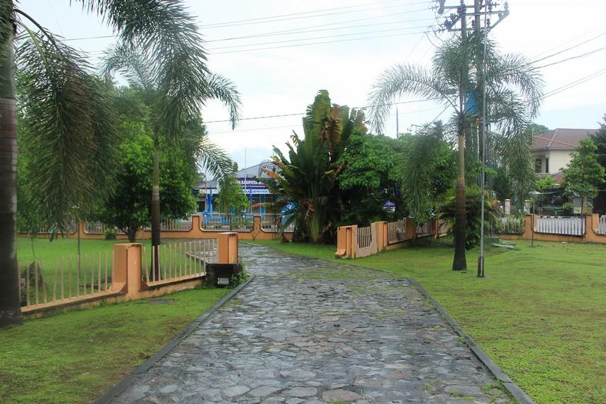 Halaman rumah adat belitung yang luas menjadikan rumah ini terlihat begitu asri dan nyaman untuk dikunjungi