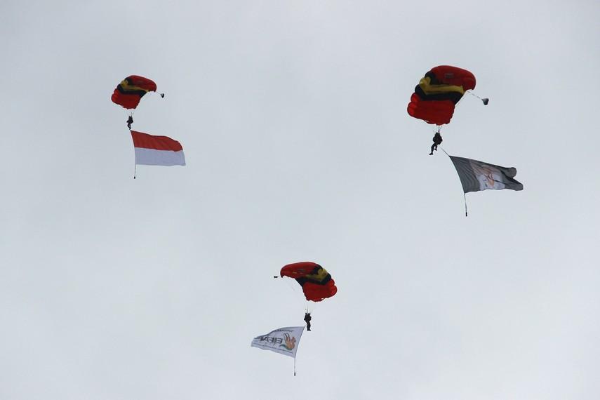 Persembahan atraksi terjun payung oleh Kopassus pada pembukaan Festival Erau 2013