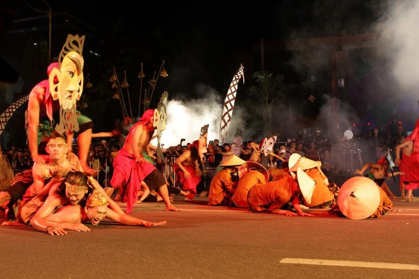 Tari kolosal ini menampilkan 270 penari profesional dan melibatkan 560 penari