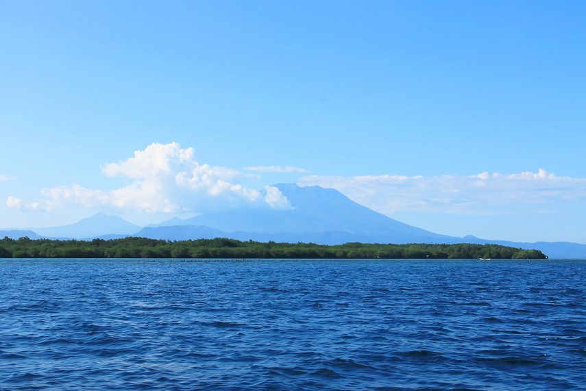 Pemandangan Pulau Bali serta Gunung Agung dilihat dari Nusa Penida