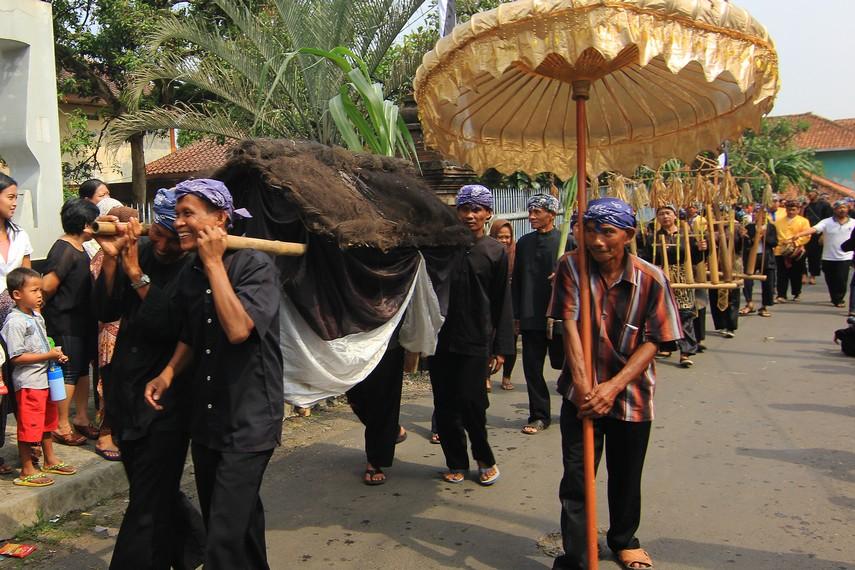 Dongdang diarak menempuh jarak sekitar 2 km, dari Imah Bali menuju alun-alun Kampung Budaya Sindang Barang