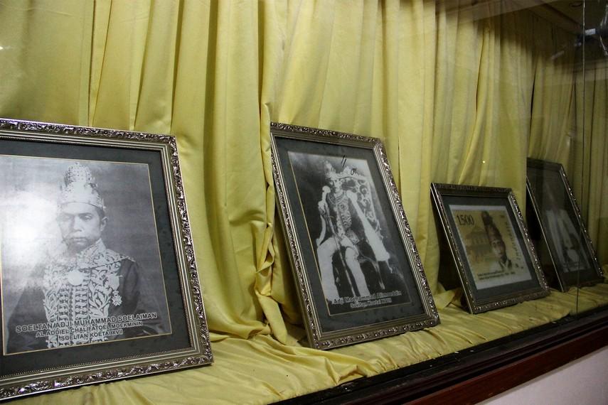 Sejumlah dokumentasi resmi Kesultanan Kutai di masa lalu yang dipamerkan di lantai dasar