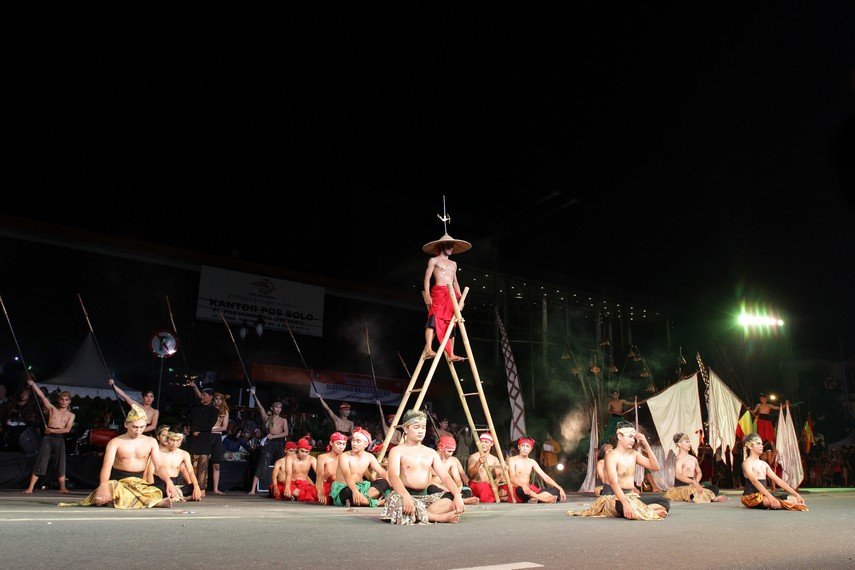 Para penari ini memainkan seluruh adegan dengan penuh penghayatan dan menjadikan pentas tari kolosal ini begitu hidup dan spektakuler