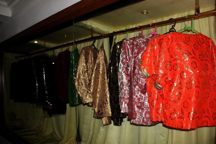 Sejumlah koleksi pakaian adat yang digunakan dalam acara-acara resmi di lingkungan Kesultanan Kutai