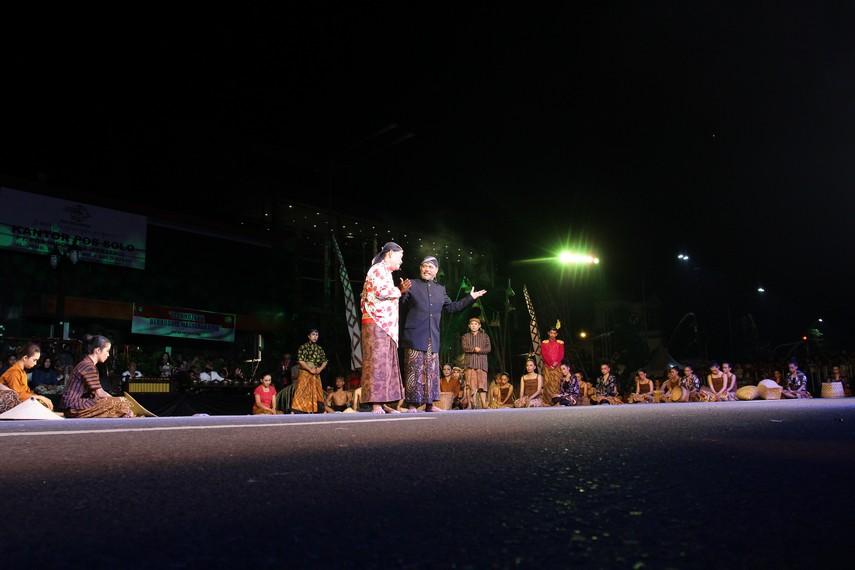 Bersatunya rakyat dan Perpindahan Karaton Kartasura ke Surakarta yang berjalan mulus menjadi akhir penutup tarian kolosal ini