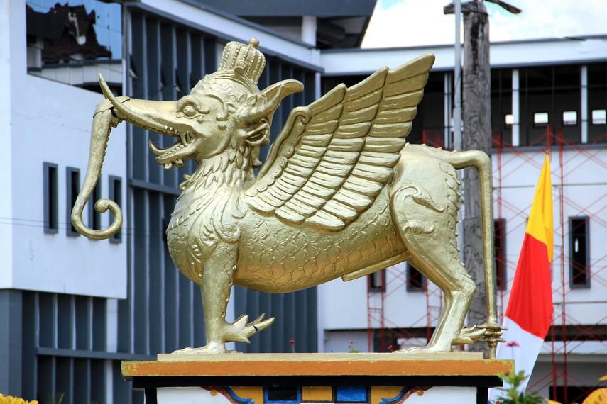 Lembu Suana merupakan makhluk sakti yang menjadi simbol kebesaran Kesultanan Kutai Kartanegara