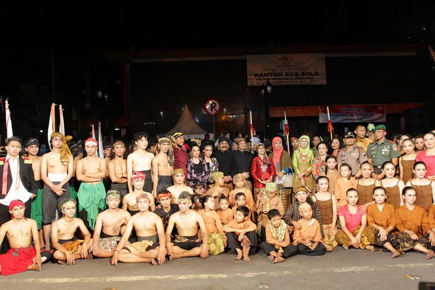 Para pendukung tarian berfoto bersama seusai pertunjukan tarian kolosal yang spektakuler dilaksanakan