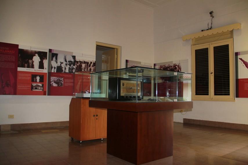 Radio klasik dan gramofon yang menjadi koleksi Museum Perumusan Naskah Proklamasi
