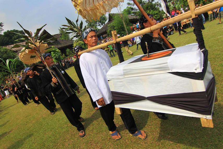 Sebelum dongdang menjadi rebutan, para kokolot melakukan ritual Majikeun Pare terlebih dahulu