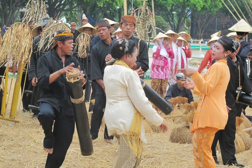 Angklung buhun menjadi instrumen pengiring dalam upacara seren taun