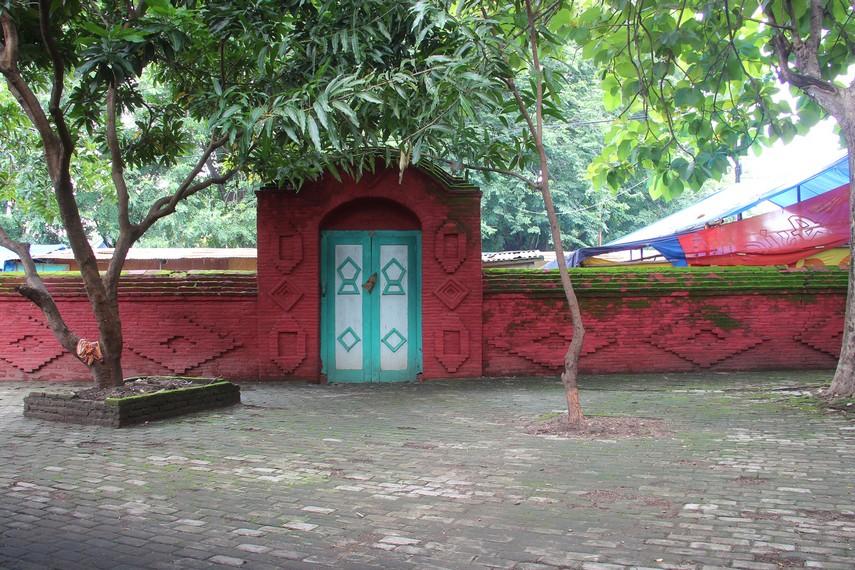 Gapura bergaya Majapahit yang terlihat di halaman depan Masjid Sang Cipta Rasa