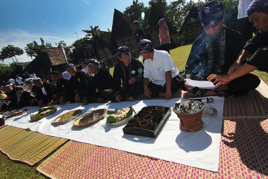 Sedekah Kue merupakan salah satu acara dalam perayaan Seren Taun di Kampung Budaya Sindang Barang