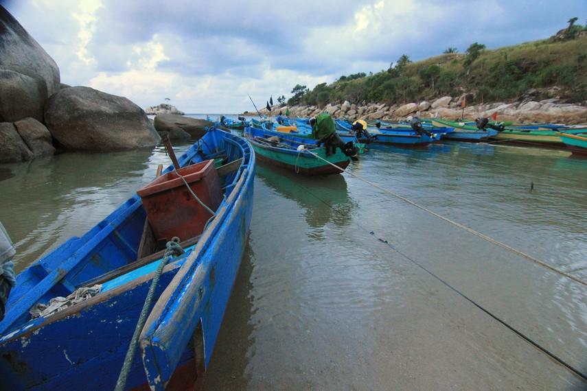 Pantai Tanjung Layang berlokasi di Desa Sinar Baru, Kecamatan Sungailiat, Bangka