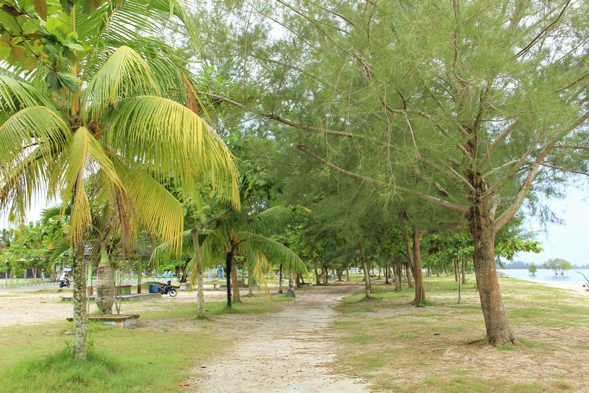 Pantai Tanjung Pendam terletak di pusat Kota Tanjung Pandan dan menjadi salah satu pantai yang terkenal di Belitung