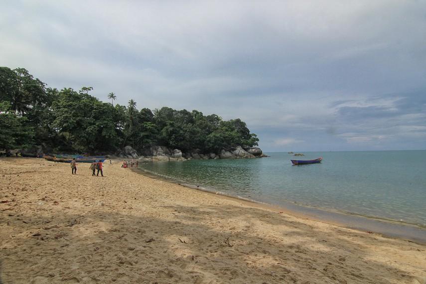 Pantai Teluk Uber berjarak 40 km dari pusat Kota Pangkal Pinang