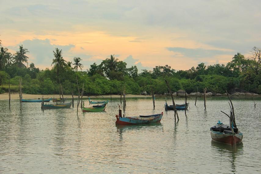 Pemandangan kapal-kapal nelayan menjadi daya tarik tersendiri di Pantai Teluk Limau