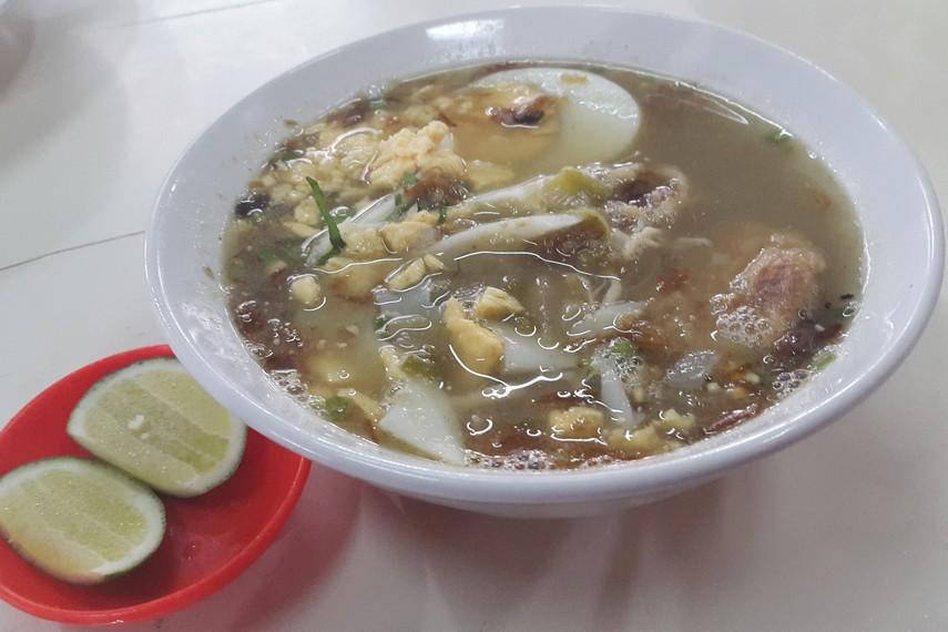 Soto Banjar berisi aneka bahan-bahan seperti bihun, telur rebus, ayam kampung, serta taburan bawang goreng